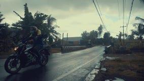 UBUD, BALI, INDONÉSIA - 2 DE DEZEMBRO DE 2018: Tráfego ao longo da rua típica na estrada durante a chuva em Ubud, ilha vídeos de arquivo