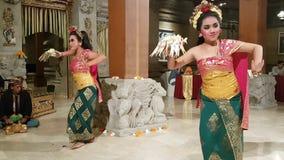 UBUD, BALI, INDONÉSIA - 11 DE MAIO DE 2017: Os dançarinos do Balinese executam o Ramayana filme