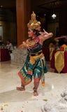 UBUD, BALI, INDONESIA - 11 DE MAYO DE 2017: Los bailarines del Balinese realizan el Ramayana Foto de archivo