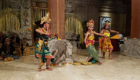 UBUD, BALI, INDONESIA - 11 DE MAYO DE 2017: Los bailarines del Balinese realizan el Ramayana Imagenes de archivo
