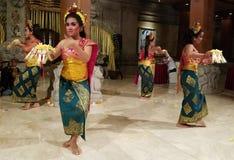 UBUD, BALI, INDONESIA - 11 DE MAYO DE 2017: Los bailarines del Balinese realizan el Ramayana Foto de archivo libre de regalías