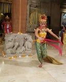 UBUD, BALI, INDONESIA - 11 DE MAYO DE 2017: Los bailarines del Balinese realizan el Ramayana Imagen de archivo libre de regalías