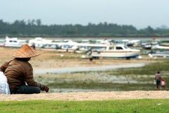 2010 08 09, Ubud, Bali Les gens en Indonésie Hommes détendant sur la plage Personnes ethniques de Bali photographie stock libre de droits