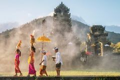 Ubud Bali, Lipiec, - 30, 2016 Pokazywać tradycyjnej balijczyk samiec, kobiety i ceremonialna odzież i religijne ofiary obrazy royalty free
