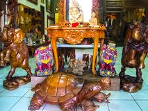 Ubud, Indonésia - 12 de abril de 2012: Estátuas animais de madeira cinzeladas na loja Fotos de Stock Royalty Free