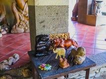 Ubud, Indonésia - 12 de abril de 2012: Estátuas animais de madeira cinzeladas na loja Foto de Stock Royalty Free