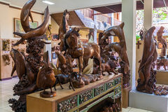 UBUD, INDONÉSIA - 29 DE AGOSTO DE 2008: Estátuas de madeira cinzeladas no souv Fotos de Stock Royalty Free