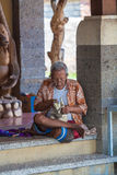 UBUD, INDONÉSIA - 29 DE AGOSTO DE 2008: Homem nativo que cinzela o sta de madeira Fotos de Stock