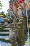 UBUD, INDONÉSIA - 29 DE AGOSTO DE 2008: Templo hindu antigo com wal Fotografia de Stock