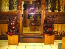Ubud, Indonesië - April 12, 2012: Gesneden houten dierlijke standbeelden in winkel Stock Fotografie