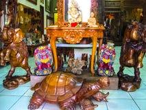 Ubud, Indonesië - April 12, 2012: Gesneden houten dierlijke standbeelden in winkel Royalty-vrije Stock Foto's
