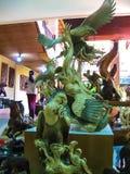 Ubud, Indonesië - April 12, 2012: Gesneden houten dierlijke standbeelden in winkel Stock Afbeelding