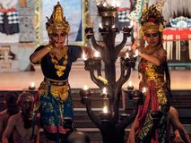 Ubud, Indonesië - Maart 29, 2018: De dansers voeren de Kecak-Dans van de Brandtrance uit royalty-vrije stock afbeeldingen