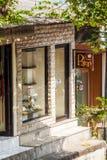 UBUD, INDONESIA - 29 DE AGOSTO DE 2008: Muestre una tienda típica con Fotos de archivo libres de regalías