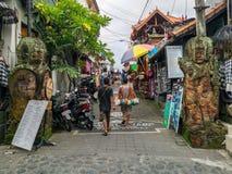 UBUD, INDONESIA - DICEMBRE 2018: Mercato del ricordo della città di Ubud immagini stock