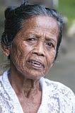 Ubud, Indonesia - 28 luglio 2013 Le pose molto vecchie non identificate di balinese di un agricoltore del riso durante il ` s di  Fotografie Stock Libere da Diritti