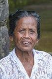 Ubud, Indonesia - 28 luglio 2013 Le pose molto vecchie non identificate di balinese di un agricoltore del riso durante il ` s di  Immagine Stock
