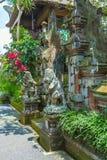 UBUD, INDONESIEN - 29. AUGUST 2008: Alter hindischer Tempel mit wal Stockbild