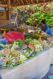 UBUD, INDONESIEN - 29. AUGUST 2008: Frau, die traditionelles s vorbereitet Lizenzfreies Stockfoto
