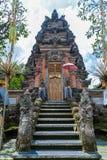 UBUD INDONESIEN - AUGUSTI 29, 2008: Forntida hinduisk tempel med wal Arkivbilder