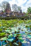 UBUD INDONESIEN - AUGUSTI 29, 2008: Forntida hinduiska lotusblommatempelwi Arkivfoto