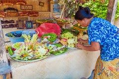 UBUD INDONESIEN - AUGUSTI 29, 2008: Kvinna som förbereder traditionellt s Fotografering för Bildbyråer