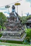 UBUD INDONESIEN - AUGUSTI 29, 2008: Modern hinduisk staty Arkivfoto