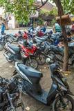 UBUD INDONESIEN - AUGUSTI 29, 2008: Parkering med mycket motorbi Royaltyfri Bild