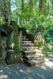 UBUD INDONESIEN - AUGUSTI 29, 2008: Stiliserade statyer av apan fo Arkivfoton