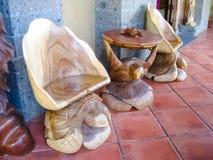 Ubud Indonesien - December 12, 2012: Sned trädjura statyer i souvenir shoppar Royaltyfria Bilder