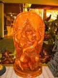 Ubud Indonesien - December 12, 2012: Sned trädjura statyer i souvenir shoppar Royaltyfria Foton