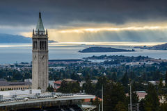 UC Berkeley Sather Tower met Zonnestralen Stock Afbeeldingen