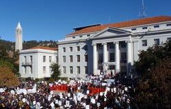 Uc- Berkeleyprotestgebührenwanderungen der hohen 33 Prozent Stockbild