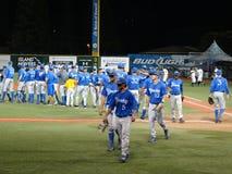 UC Santa Barbara-de spelers vieren het winnen spel het hoge fiving royalty-vrije stock afbeeldingen