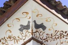 Uccelli che dipingono come dettaglio architettonico dell'ornamento del tetto Fotografie Stock Libere da Diritti