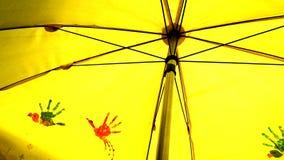 Uccelli che dipingono sull'ombrello giallo Immagini Stock