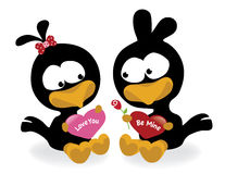Uccelli del biglietto di S. Valentino che tengono i cuori Immagine Stock