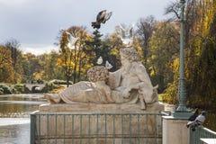 Uccelli e scultura, autunno in parco, Varsavia, Polonia Fotografia Stock