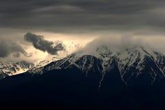 Uccelli sopra le montagne fotografia stock
