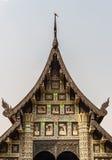 Uccello alla cima del tetto del tempio in Chiang Mai Thailand Fotografia Stock Libera da Diritti