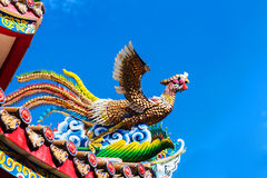 Uccello ceramico del fuoco sul tetto del cinese immagine stock libera da diritti