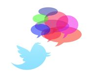 Uccello del Twitter isolato nella priorità bassa bianca Immagine Stock