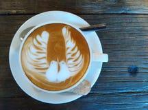 Uccello delle coppie sulla tazza di caffè Immagini Stock