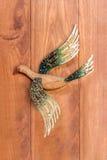 Uccello di legno scolpito sul bordo di legno Fotografia Stock
