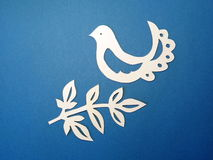 Uccello e ramo. Taglio di carta. fotografia stock libera da diritti