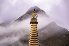 Uccello sopra Tengboche Stupa con il behide nuvoloso della montagna Prima colazione per una persona Dopo la pioggia Fotografia Stock