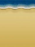 Uccello-vista delle onde che rotolano sopra la spiaggia Immagine Stock