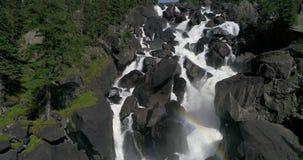 Uchar vattenfall i Altai med en regnbåge arkivfilmer