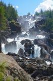 Uchar-Wasserfall auf dem Chulcha-Fluss, Altai, Russland Stockbilder