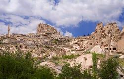 Uchisar和Uchisar堡垒看法从鸽子谷的 卡帕多细亚, 免版税库存图片